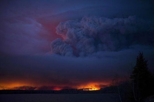 4915048_6_7a19_un-incendie-massif-fait-rage-au-sud-de-fort_9d32d7b457670f7e17f33188ba3722e0