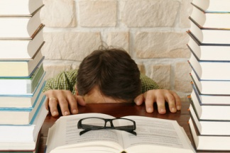 Mann hinter Tisch,versteckt sich vor Stress, Arbeit